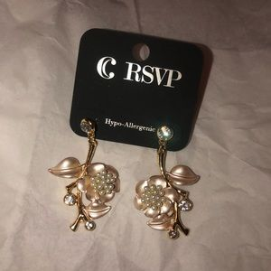 2 sets of earrings! Buy 1 get 1 free!
